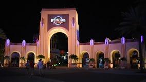 Gente que camina alrededor del arco y de los fuegos artificiales de Universal Studios en Citywalk en el área de Universal Studios metrajes
