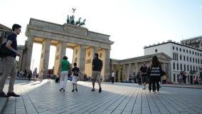 Gente que camina alrededor del Tor de Brandenburger, Berlín almacen de video