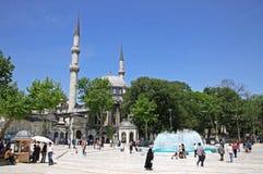 Gente que camina cerca de Eyup Sultan Mosque en Estambul Foto de archivo