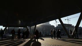 Gente que camina cerca de la estación de metro. En tiempo real.