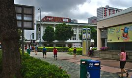 Gente que camina cerca de la estación del MRT de Bugis foto de archivo