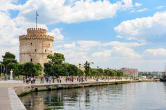 Gente que camina cerca de la torre blanca, Salónica, Grecia Foto de archivo