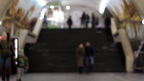 Gente que camina del lapso de tiempo dentro Vídeo desenfocado metrajes