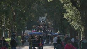 Gente que camina dentro del chalet Borghese en Roma