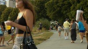 Gente que camina, dos individuos de la playa que activan almacen de video
