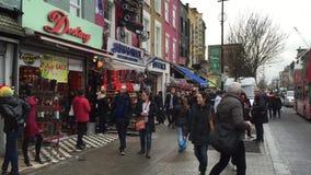 Gente que camina en Camden Town - Londres - Reino Unido almacen de metraje de vídeo