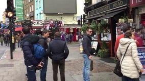 Gente que camina en Camden Town - Londres - Reino Unido almacen de video