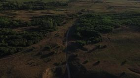 Gente que camina en campos rurales metrajes