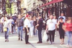 Gente que camina en centro de ciudad de Budapest foto de archivo