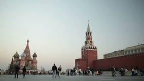Gente que camina en cuadrado rojo en Moscú. metrajes