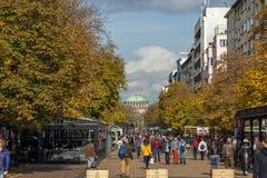 Gente que camina en el bulevar Vitosha en la ciudad de Sofía, Bulgaria Foto de archivo libre de regalías