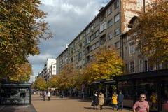 Gente que camina en el bulevar Vitosha en la ciudad de Sofía, Bulgaria Imagen de archivo