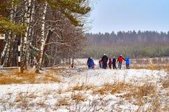 Gente que camina en el campo Imagen de archivo