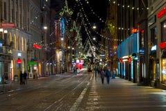 Gente que camina en el centro de ciudad adornado para la Navidad Foto de archivo