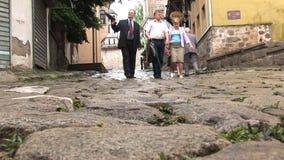Gente que camina en el centro de la ciudad las calles viejas de Plovdiv almacen de video