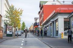 Gente que camina en el centro de Reykjavik Imagen de archivo libre de regalías