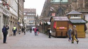 Gente que camina en el cerrado por el mercado de la Navidad de Estrasburgo de los miedos del terrorista almacen de metraje de vídeo