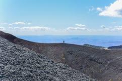 Gente que camina en el cráter de Etna Vulcano Silvestri del soporte Imágenes de archivo libres de regalías