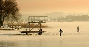 Gente que camina en el hielo Fotos de archivo libres de regalías