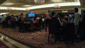 Gente que camina en el pasillo del casino almacen de metraje de vídeo