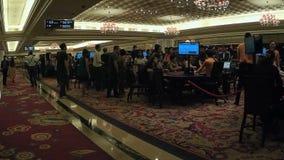Gente que camina en el pasillo del casino metrajes
