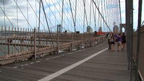 Gente que camina en el puente de Brooklyn en Nueva York almacen de metraje de vídeo