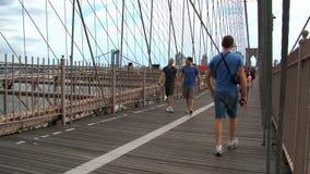 Gente que camina en el puente de Brooklyn en Nueva York metrajes