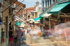 Gente que camina en el puente de Rialto, Venecia imagen de archivo