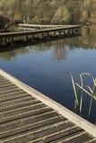 Gente que camina en el puente del lago Imagen de archivo libre de regalías