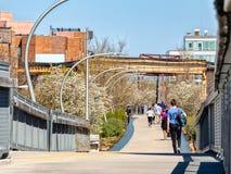 Gente que camina en el rastro de 606 Bloomingdale cerca de avenida occidental Calles de Chicago fotografía de archivo libre de regalías