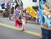 Gente que camina en el Wellfleet 4to del desfile de julio en Wellfleet, Massachusetts Imagen de archivo libre de regalías