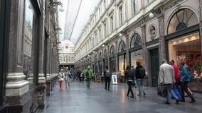 Gente que camina en Galeries Royales Santo-Huberto de Bruselas almacen de metraje de vídeo