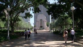 Gente que camina en Hyde Park al monumento de guerra de ANZAC metrajes