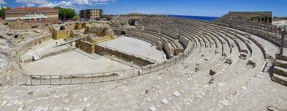Gente que camina en la arena de Roman Amphitheater en Tarragona, Cataluña, España Imágenes de archivo libres de regalías