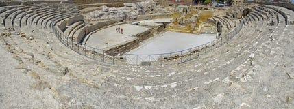 Gente que camina en la arena de Roman Amphitheater en Tarragona, Cataluña, España Foto de archivo libre de regalías