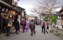 Gente que camina en la calle en la ciudad vieja en Kyoto, Japón Foto de archivo libre de regalías