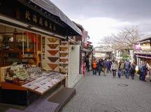 Gente que camina en la calle en la ciudad vieja en Kyoto, Japón Fotos de archivo libres de regalías