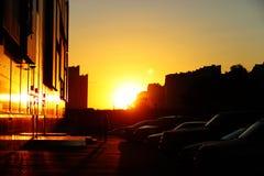 Gente que camina en la calle en la puesta del sol Foto de archivo libre de regalías