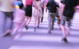 Gente que camina en la calle grande de la ciudad imagen de archivo libre de regalías