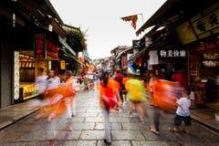 Gente que camina en la calle, obturador de fricción foto de archivo libre de regalías