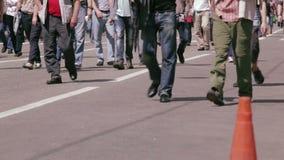 Gente que camina en la calle ocupada de la ciudad. metrajes