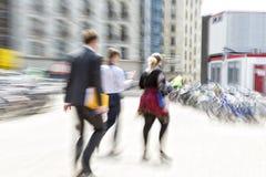 Gente que camina en la ciudad, falta de definición de movimiento foto de archivo libre de regalías