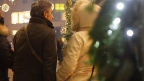 Gente que camina en la estación de la Navidad en Milán almacen de metraje de vídeo