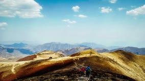 Gente que camina en la montaña Foto de archivo