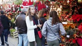 Gente que camina en la Navidad favorablemente