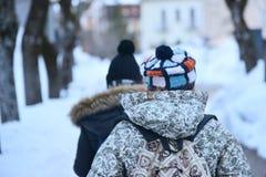 Gente que camina en la nieve Foto de archivo libre de regalías
