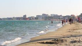 Gente que camina en la playa de la arena almacen de video