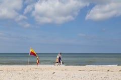Gente que camina en la playa de Tisvilde, Dinamarca Imagenes de archivo