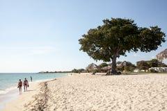 Gente que camina en la playa del Ancon imágenes de archivo libres de regalías