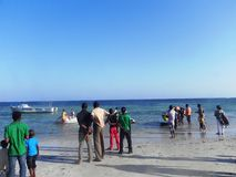 Gente que camina en la playa en el Océano Índico Mombasa Imagen de archivo libre de regalías